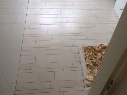 Badkamer wand 60 x 30 gerectificeerd hoog glanzend / Vloer stroken verlijmd