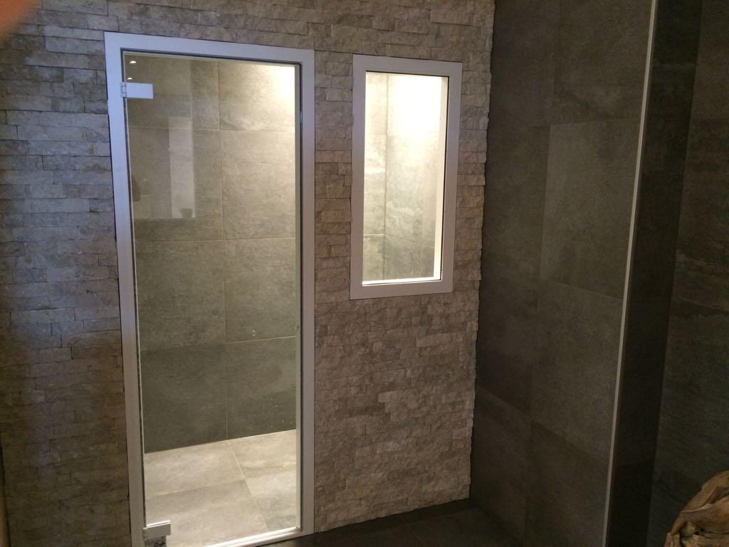 Showroom badkamer bij Bakker tegels & badkamers | Tegelzetbedrijf ...